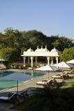 Een middeleeuwse koepel door een zwembad in India Stock Fotografie