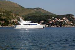 Een middelgroot jacht op de kust van Adriatische Overzees Stock Foto
