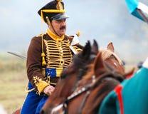 Een militair berijdt een bruin paard. Royalty-vrije Stock Afbeelding