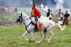 Een militair berijdt een bruin paard. Stock Afbeeldingen