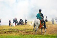 Een militair berijdt een wit paard. Stock Foto's