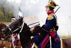 Een militair berijdt een zwart paard. Stock Fotografie