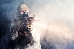 Een militair in de rook na de explosie stock afbeelding