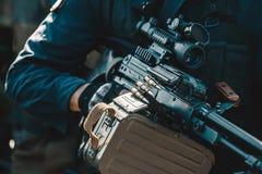 Een militair op een opdracht stelt het dragen van een kanon met een telescopisch gezicht in werking Oorlogsstreek Royalty-vrije Stock Afbeelding