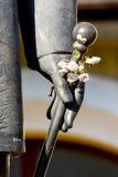 Standbeeld met bloemen Royalty-vrije Stock Afbeelding