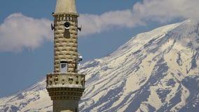 Een minaret en zet Ararat, Turkije op stock videobeelden
