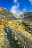 Een mineraal-geladen kreek die vanaf het kratermeer leiden, Witte Eilandvulkaan, NZ stock foto's