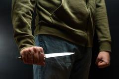 Een misdadiger met een messenwapen dreigt te doden Misdadigheid, misdaad, diefstalmisdadiger royalty-vrije stock foto