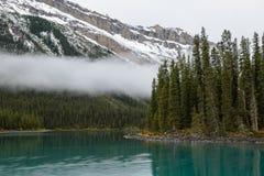 Een mist en een turkoois water van het Maligne-meer, Alberta, Canada royalty-vrije stock afbeelding
