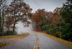 Een mistig avontuur langs Blauw Ridge Parkway in Noord-Carolina royalty-vrije stock fotografie
