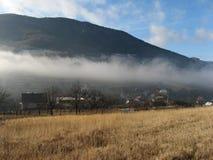 Een miststrook boven een Slowaaks dorp in Strazov-heuvels Royalty-vrije Stock Foto's