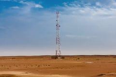 Een mobiele toren in de woestijn dichtbij de bedekte weg in Saudi-Arabië stock afbeeldingen