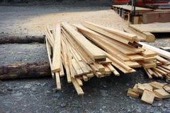 Een mobiele zaagmolen voor het beëindigen van hout Royalty-vrije Stock Foto's