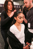 Een model die klaar coulisse krijgen bij de modeshow van FTL Moda tijdens MBFW-Daling 2015 Stock Afbeeldingen