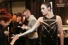 Een model die klaar coulisse krijgen bij de modeshow van FTL Moda tijdens MBFW-Daling 2015 Stock Foto