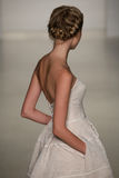 Een model loopt baan bij Kelly Faetanini-baan toont tijdens Dalings 2015 Bruids Inzameling Royalty-vrije Stock Fotografie