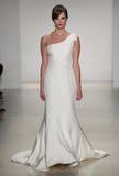 Een model loopt baan bij Matthew Christopher-modeshow tijdens Dalings 2015 Bruids Inzameling Royalty-vrije Stock Afbeelding