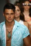 Een model loopt baan in ontwerper zwemt kleding tijdens de modeshow van Koco Blaq Stock Afbeelding