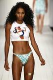 Een model loopt baan in ontwerper zwemt kleding tijdens de modeshow van Koco Blaq Stock Afbeeldingen