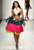 Een model loopt baan in ontwerper zwemt kleding tijdens de modeshow van Koco Blaq Royalty-vrije Stock Foto's