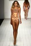 Een model loopt baan in ontwerper zwemt kleding tijdens de modeshow van Koco Blaq Stock Foto's