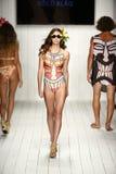 Een model loopt baan in ontwerper zwemt kleding tijdens de modeshow van Koco Blaq Stock Foto