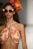 Een model loopt baan in ontwerper zwemt kleding tijdens de modeshow van Koco Blaq Royalty-vrije Stock Afbeeldingen