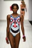 Een model loopt baan in ontwerper zwemt kleding tijdens de modeshow van Koco Blaq Royalty-vrije Stock Foto