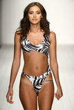 Een model loopt baan in ontwerper zwemt kleding tijdens de modeshow van Koco Blaq Stock Fotografie