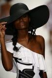 Een model loopt baan in ontwerper zwemt kleding tijdens de modeshow van Koco Blaq Royalty-vrije Stock Fotografie