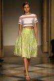 Een model loopt baan tijdens Chicca Lualdi toont als deel van Milan Fashion Week Stock Foto's