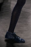 Een model loopt de baan bij de Anna Sui-modeshow tijdens MBFW-Daling 2015 Stock Afbeeldingen