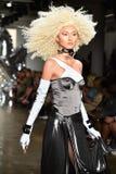 Een model loopt de baan bij de Blonds-modeshow Royalty-vrije Stock Afbeeldingen