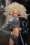 Een model loopt de baan bij de Blonds-modeshow Stock Foto's