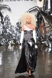 Een model loopt de baan bij de Blonds-modeshow Royalty-vrije Stock Afbeelding
