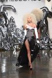 Een model loopt de baan bij de Blonds-modeshow Stock Afbeeldingen