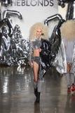 Een model loopt de baan bij de Blonds-modeshow Stock Fotografie