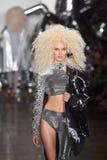 Een model loopt de baan bij de Blonds-modeshow Royalty-vrije Stock Foto