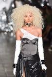 Een model loopt de baan bij de Blonds-modeshow Stock Foto