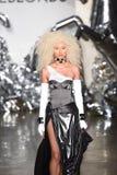 Een model loopt de baan bij de Blonds-modeshow Stock Afbeelding