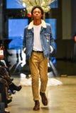 Een model loopt de baan bij de Christopher Lowman Menswear-DALINGS 2017 Inzameling Stock Foto's