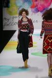 Een model loopt de baan bij de Desigual-modeshow tijdens Mercedes-Benz Fashion Week Fall 2015 Stock Fotografie