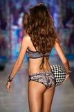 Een model loopt de baan bij de modeshow van Maaji Swimwear tijdens MBFW zwemt 2015 Royalty-vrije Stock Foto's