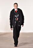 Een model loopt de baan bij Tim Coppens-modeshow tijdens de van de de Manierweek van New York Daling van de Mensen/de Winter van  Royalty-vrije Stock Afbeeldingen