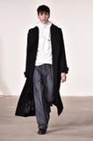 Een model loopt de baan bij Tim Coppens-modeshow tijdens de van de de Manierweek van New York Daling van de Mensen/de Winter van  Stock Foto
