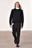 Een model loopt de baan bij Tim Coppens-modeshow tijdens de van de de Manierweek van New York Daling van de Mensen/de Winter van  Stock Foto's