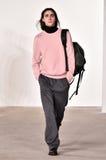 Een model loopt de baan bij Tim Coppens-modeshow tijdens de van de de Manierweek van New York Daling van de Mensen/de Winter van  Royalty-vrije Stock Foto