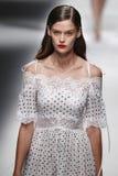Een model loopt de baan in Blumarine toont tijdens Milan Fashion Week Spring /Summer 2018 stock foto's