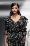 Een model loopt de baan in Blumarine toont tijdens Milan Fashion Week Spring /Summer 2018 royalty-vrije stock foto's
