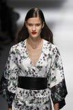 Een model loopt de baan in Blumarine toont tijdens Milan Fashion Week Spring /Summer 2018 royalty-vrije stock fotografie